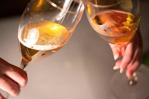 グラスをぶつける乾杯はNG! できる大人は掲げるだけ!