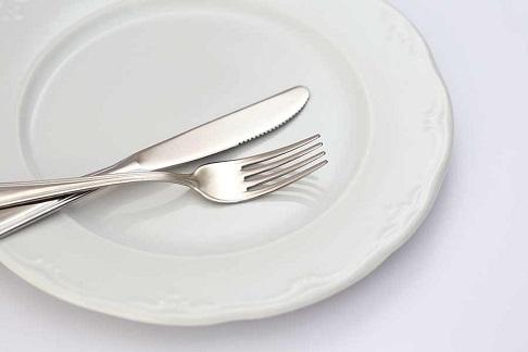 料理を残すときはきれいにまとめ、カトラリーで隠す