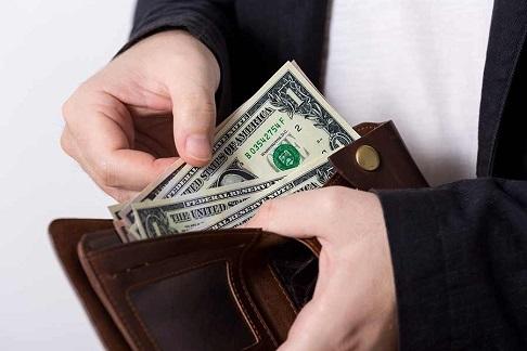 会計時には財布を出して払う意思を見せる