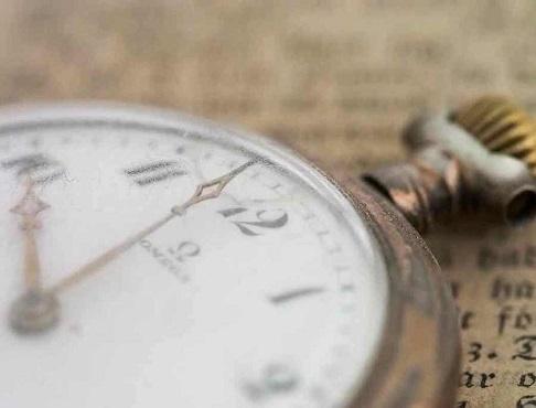 時間の確認は、相手が見ていない時に